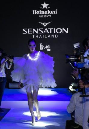 แฟชั่นโชว์ เก๋ๆ ที่งานแถลงข่าว Sensation Thailand